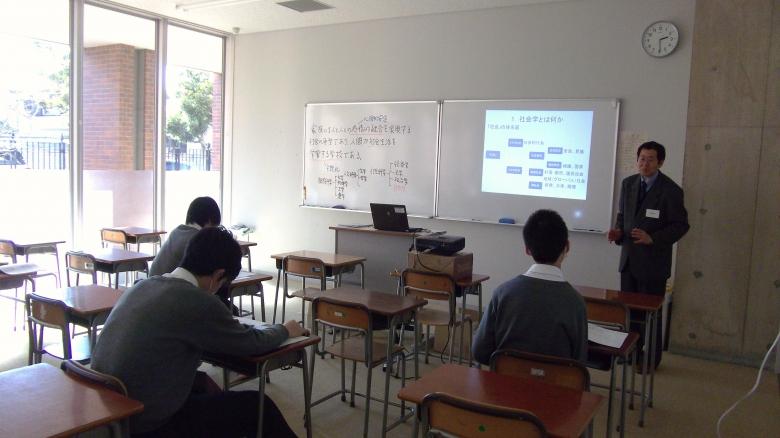 社会学科の恩田教授が高校2年生を対象に模擬授業を行いました。