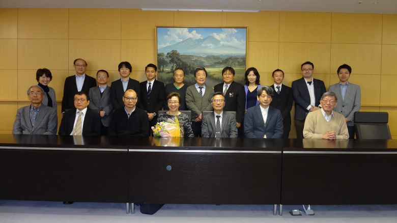 流通情報学部古田朱美教授の永年に亘るご尽力を労いました