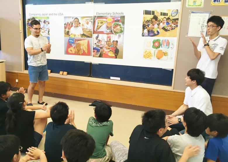 小学校での異文化交流会(国際観光学科2年澤海ゼミ)